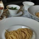 Servez la sauce bolognaise le parmesan et le basilic à côté