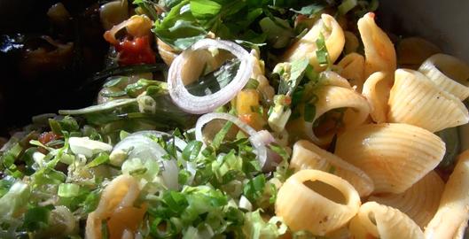 recette-video-salade-pates-legumes-par-vigato-1