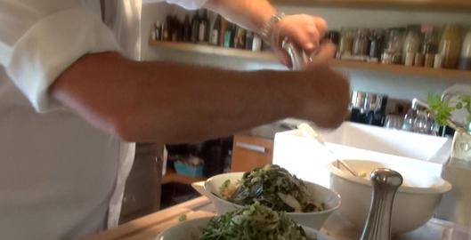 recette-video-salade-pates-legumes-par-vigato-herbes
