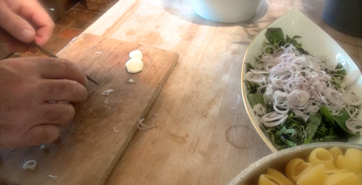 recette-video-salade-pates-legumes-par-vigato-preparation-herbes